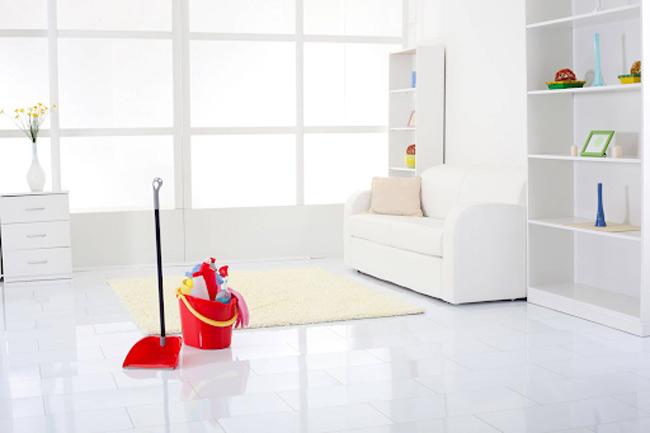 Mẹ nên vệ sinh không gian sống của bé sạch sẽ, thoáng mát, tránh cho con tiếp xúc với thú cưng