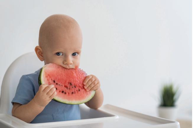 Nếu mẹ cho bé ăn những món ăn ưa thích của mình thì bé sẽ không ngại ăn dù món đó hơi cứng một chút