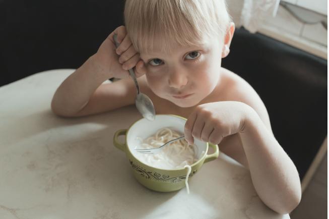 Áp lực tâm lý khiến các bé luôn lo sợ khi đến giờ ăn, khóc lóc, nôn ói khi ăn...