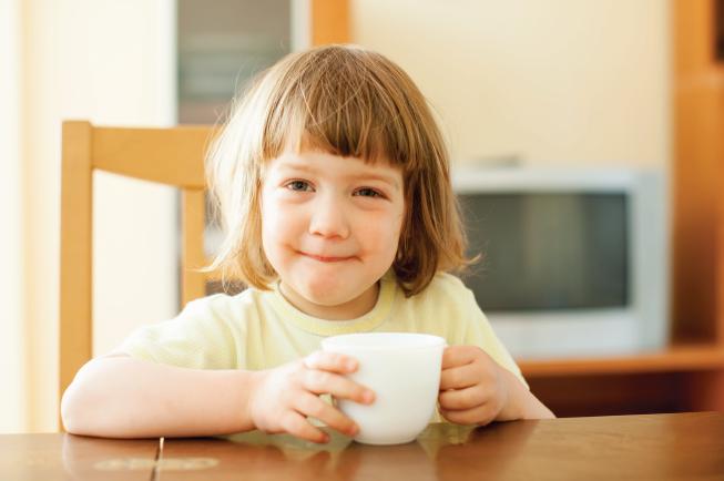 Bé 2 tuổi cần ăn và uống đủ dinh dưỡng mỗi ngày