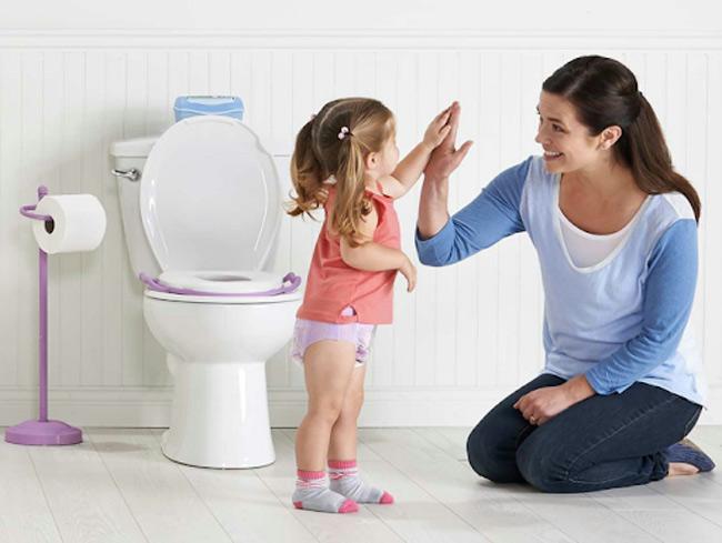 Dạy trẻ đi vệ sinh đúng nơi quy định khi bé đã sẵn sàng học