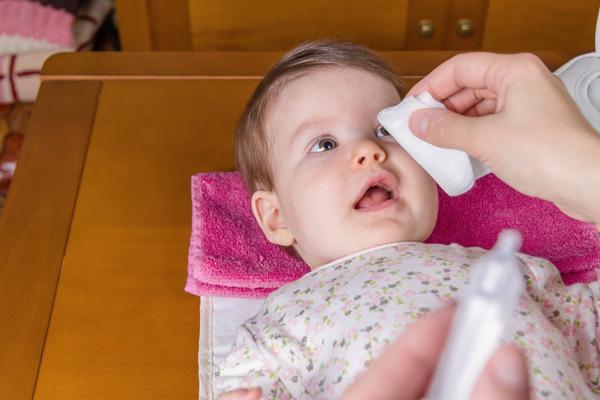 Cách vệ sinh mắt, mũi, miệng cho trẻ sơ sinh của mẹ thông thái