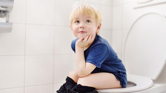 Mẹ nên mặc cho bé những chiếc quần vải cotton mềm mại, có chun co dãn để bé dễ dàng kéo lên kéo xuống