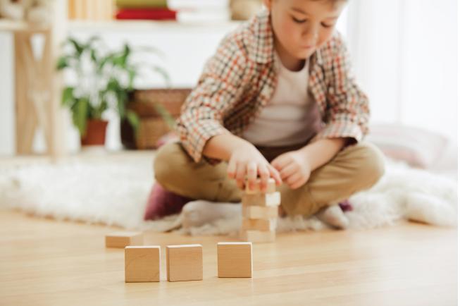 Đồ chơi ghép hình cũng giúp bé tư duy sáng tạo, xây dựng mô hình theo ý muốn
