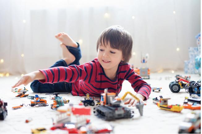 Bé trai thường thích những bộ Lego về máy móc, ô tô