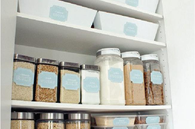 Sử dụng các hộp nhựa trong suốt để chứa đồ khô rất tiện lợi trong việc bảo quản thức ăn