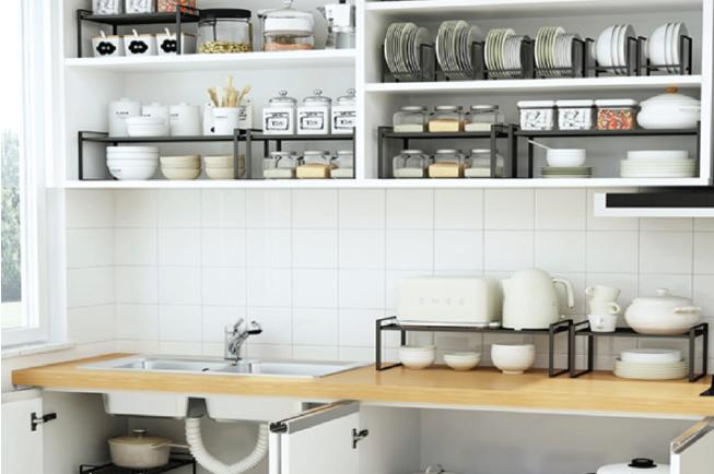 Sẽ tốt hơn nếu mẹ sắp xếp các đồ dùng trên kệ, giá có chia ngăn thay vì chồng chúng thành các cột cao trong tủ bếp