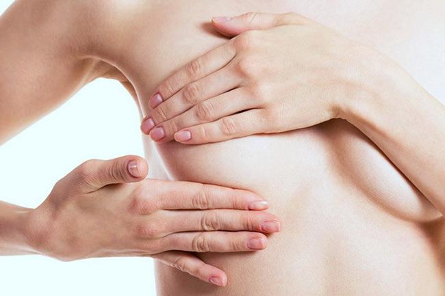 Massage ngực giúp sữa lưu thông tốt hơn