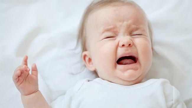 Nếu bé mất ngủ, bỏ ăn, mệt mỏi, mẹ đưa bé đến bác sĩ nhé!
