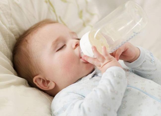 Một số thực phẩm gây như sữa bò, sữa dê, hải sản, thịt bò, các loại hạt,... rất dễ gây dị ứng cho bé