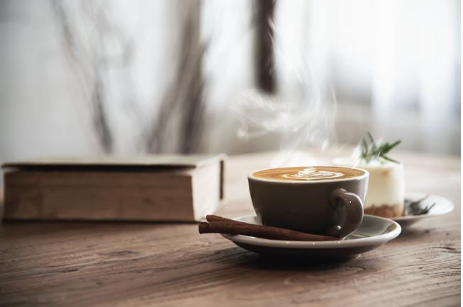 Mẹ sau sinh không nên uống cà phê, không tốt cho hệ tiêu hóa non nớt của bé