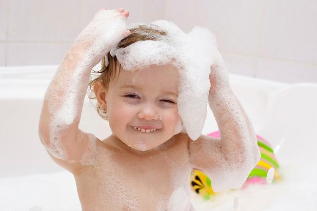 Tắm rửa sạch sẽ cho bé hàng ngày