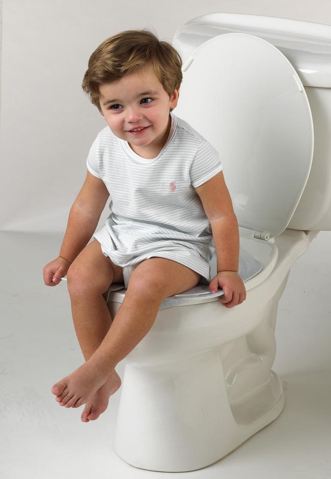 Tập cho bé con thói quen ngồi bồn cầu giúp con chủ động đi vệ sinh hơn