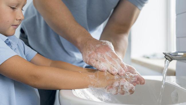 Mẹ giúp con rửa tay sạch sẽ sau khi đi ị