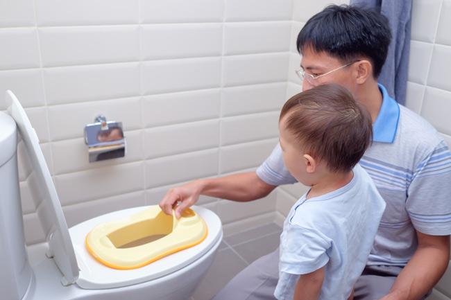 Con được bố hướng dẫn thực hành đi vệ sinh cùng bố