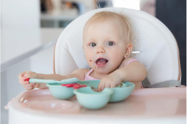 Nếu bé có bất kỳ dấu hiệu nổi đỏ nào nên ngưng để kiểm tra, nếu không có nghĩa là bé không bị dị ứng thực phẩm này