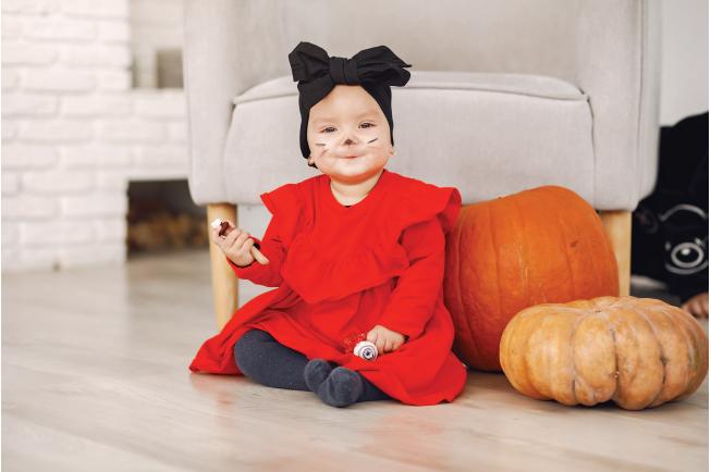 Bé được hóa trang đáng yêu trong Halloween