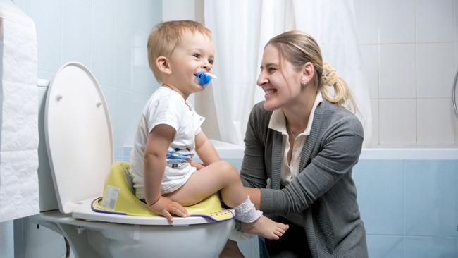Mẹ trò chuyện cùng bé khiến con không còn cảm giác nhàm chán khi bé tự đi vệ sinh