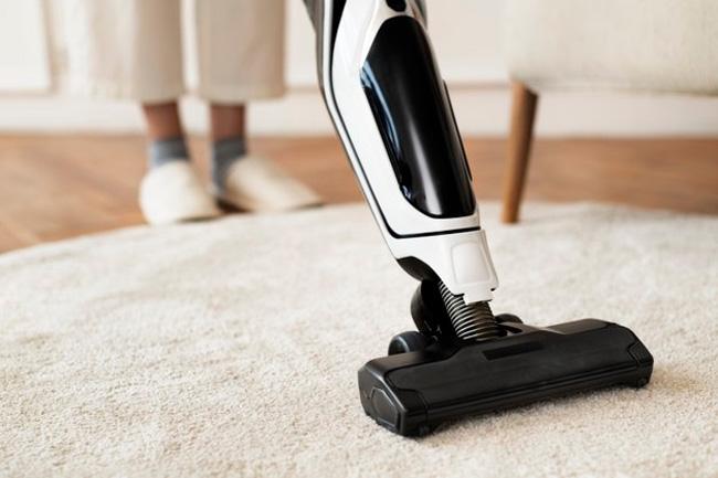 Vệ sinh nhà cửa sạch sẽ thường xuyên để bé không bị dị ứng với lông tơ, bụi bẩn