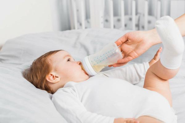 Bí quyết chọn bình sữa cho bé 8 tháng tuổi CHUẨN nhất!