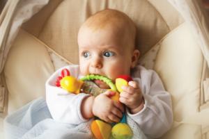 7 Cách làm Đồ chơi cho Bé 2 tuổi tại nhà – Có VIDEO Hướng dẫn